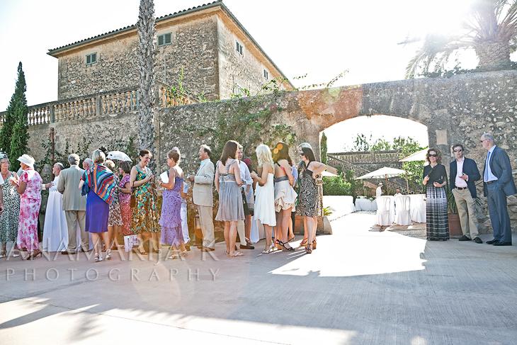 loas invitados charlando, esperando que empiece la ceremonia