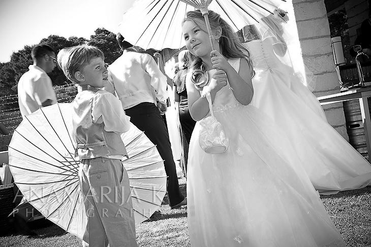 niños con parasoles