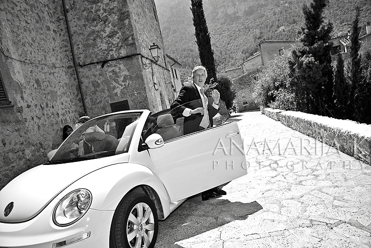 the arrival of the bride with her dad